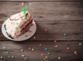 Fotografia Pezzo di torta di compleanno su fondo di legno
