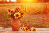 Slunečnice v džbánu při západu slunce