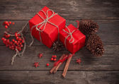 Vánoční dárky na staré dřevěné pozadí