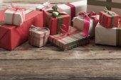 Fotografie Vánoční dárky na starý dřevěný stůl