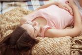 Photo Young beautiful womanon sofa