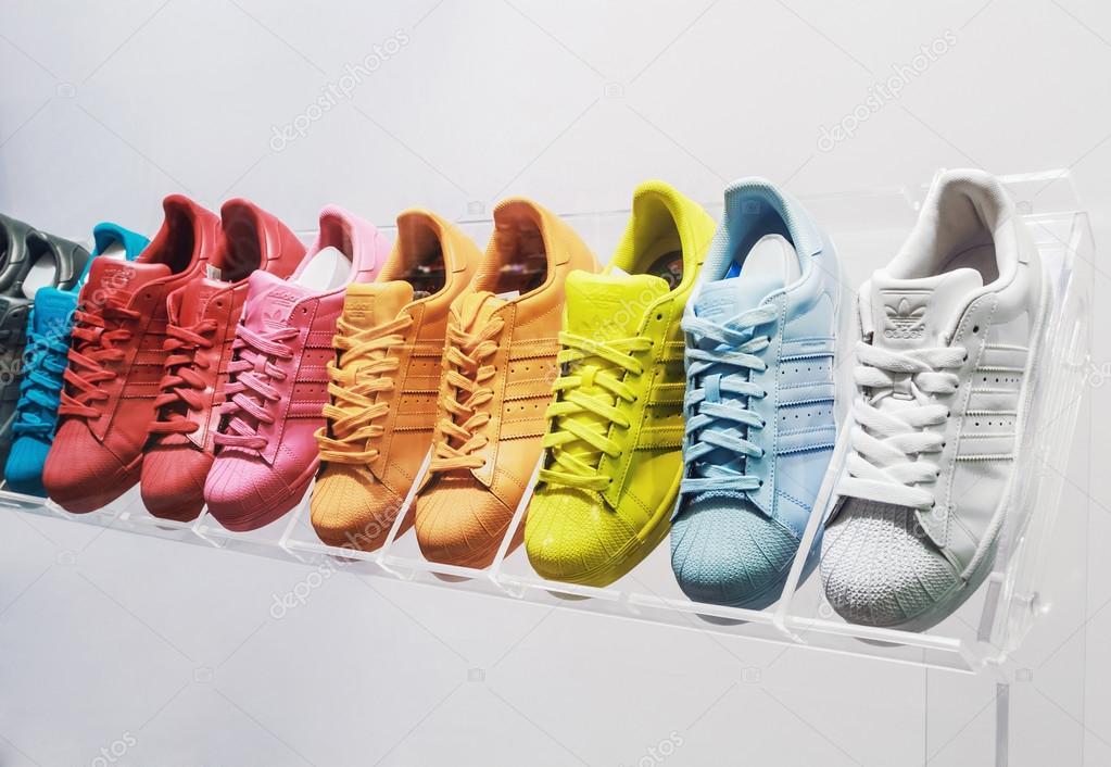 buy cheap a38c7 b16ea Eredeti Adidas cipők– Editorial Stock Fényképészet