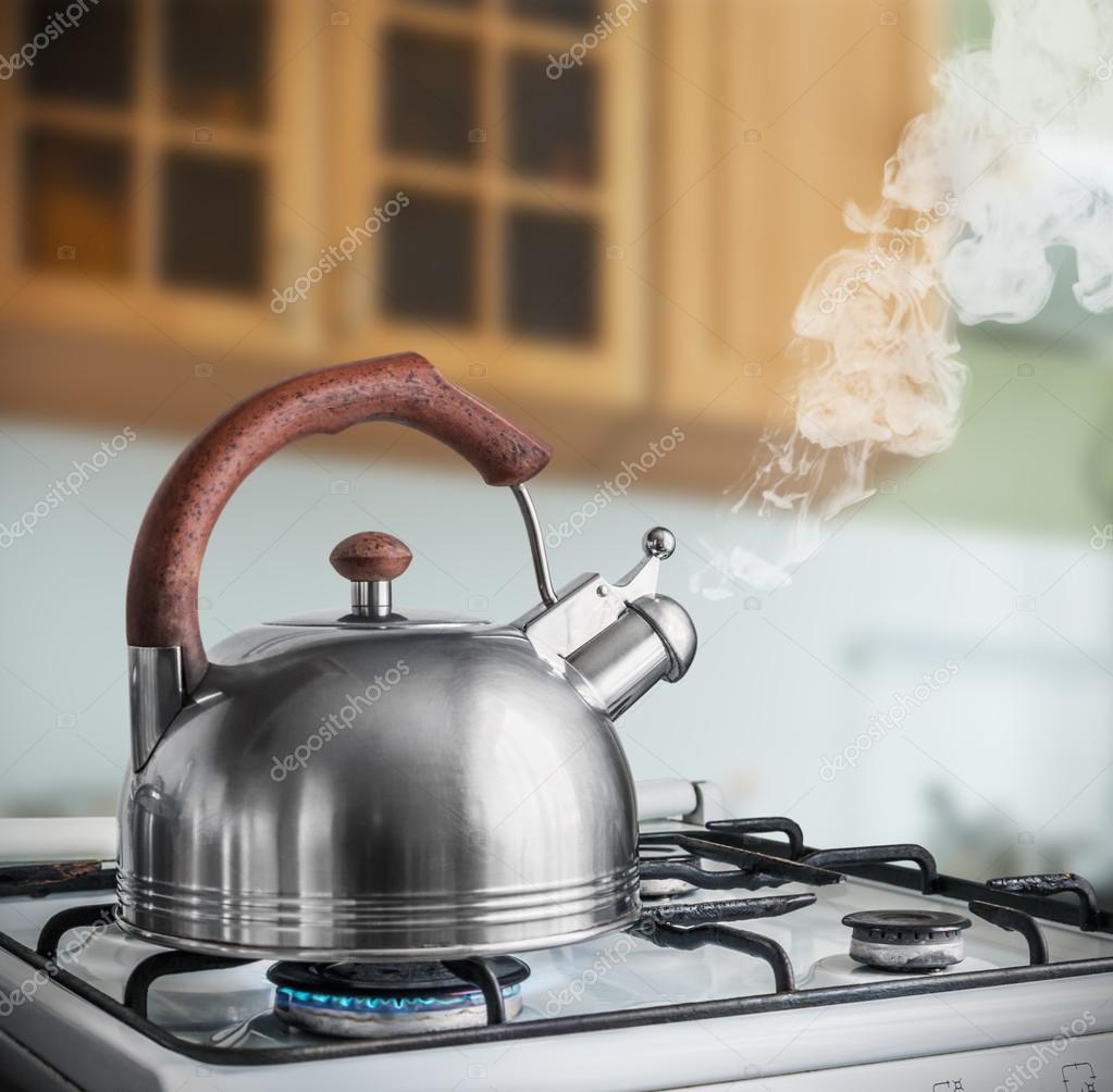 Wasserkocher Kochen am Gasherd — Stockfoto © doroshin #78324388