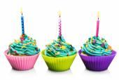 barevné čerstvé koláčky se svíčkami