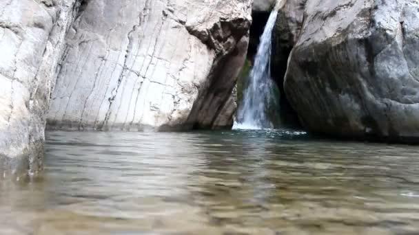 horské řeky tekoucí vodopád