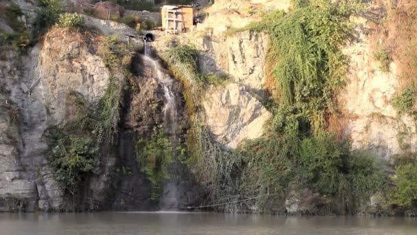 špinavý kanalizace tok v horské řece