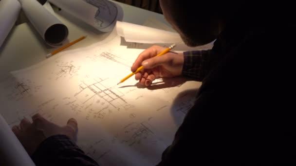 inženýr kontroluje stavební výkresy