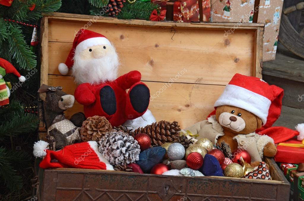adornos de navidad vintage en caja de madera vieja de cerca u foto de voronin