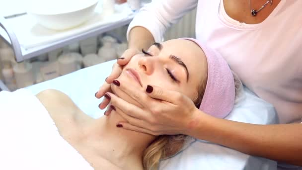 Krása ženy mají kosmetické masáže, ošetření obličeje, zblízka