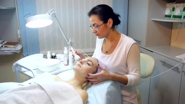 Žena, která dělá kosmetických procedur v lázních klinice