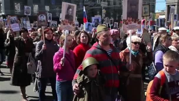 Čeljabinsk, Rusko - 9 května 2016: Průvod na počest veteránů druhé světové války na den vítězství. Nesmrtelný pluk