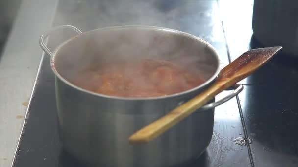 Close-up auf dem Herd in einem Topf gekocht Suppe