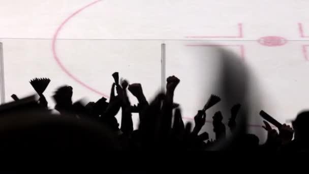 Silhouetten von Fans in den Hintergrund Eishockeyfeld