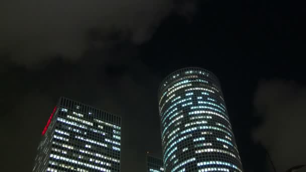 Zavedení shot mrakodrapů proti noční obloze