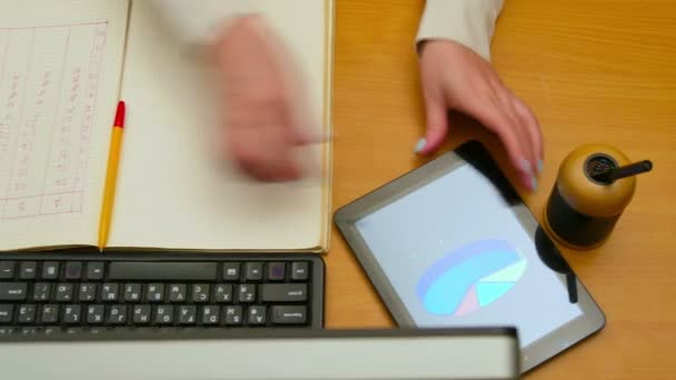 Közelkép a nő dolgozik a számítógépen