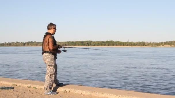Volgográd 2015. június 13.: ember horgászat a folyó