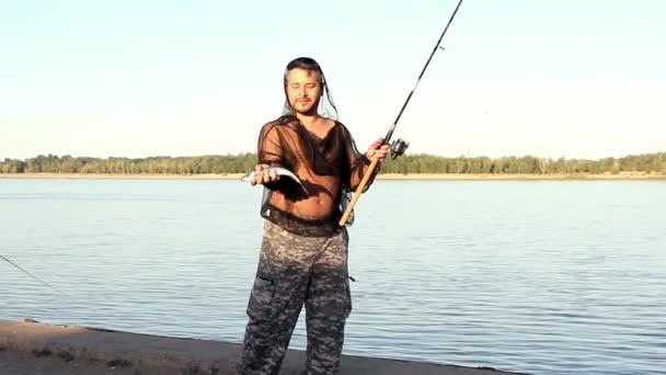 Muž, rybaření na řece