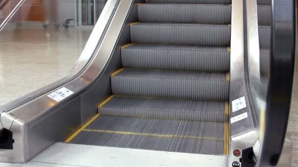 Prázdné eskalátoru schodiště, pohybující se v moderní kancelářské budovy