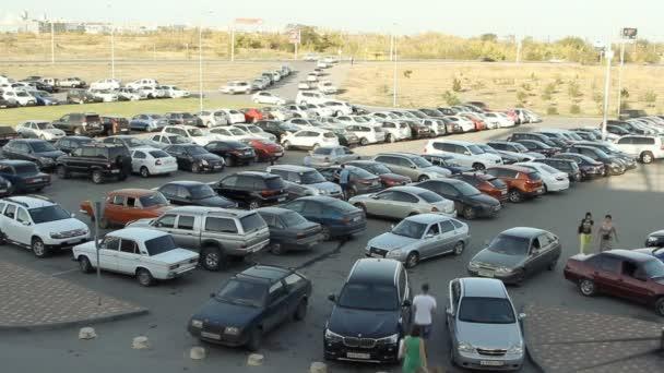spousta aut, parkování ve městě