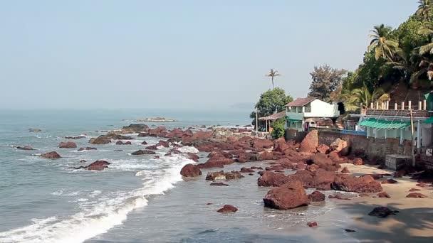 Kameny v moři poblíž Arambol pláže Goa