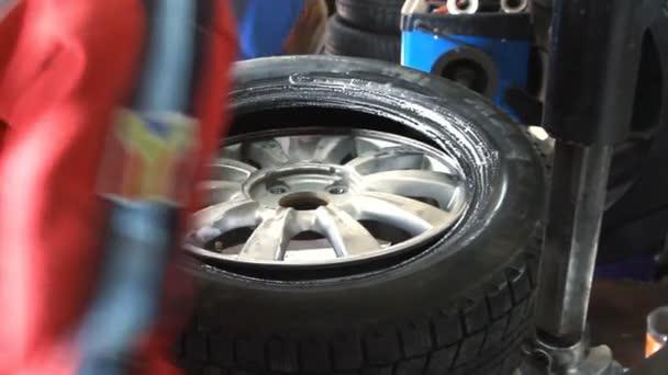 mechanik odstraní auto pneu z disku detail