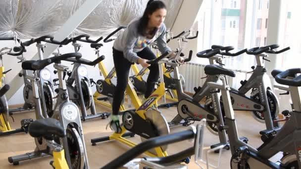 gyönyörű női kerékpáros képzés során