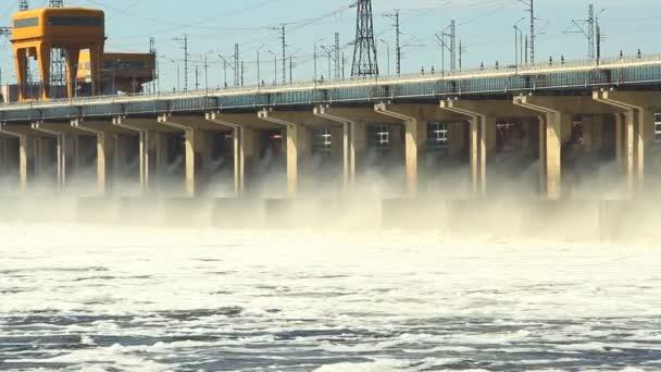 Neustart des Wassers im Wasserkraftwerk am Fluss