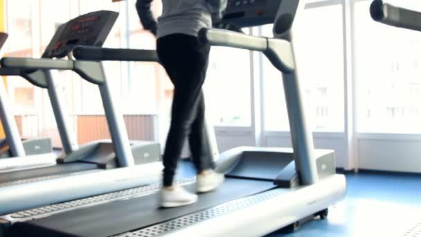 lidé v tělocvičně cvičení. běží na počítači. mimo zaměření