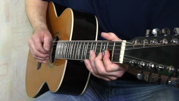 umělec hrál na akustickou kytaru. hudební nástroj s kytaristou rukama