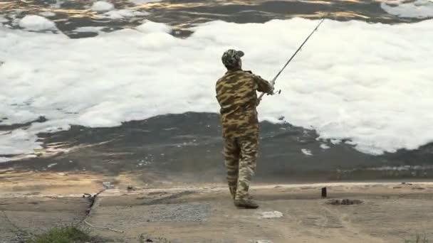 mladý muž, rybaření na jezeře