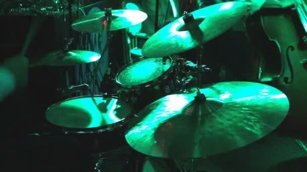 рок гурт, що грає в нічному клубі. барабанщик грав навстоячки