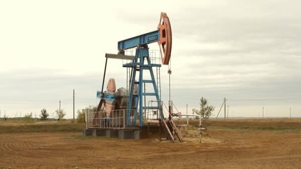 industria petrolifera e del gas. opera di presa pompa olio di un giacimento di petrolio.