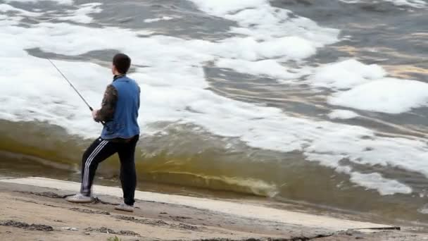a fiatalember a tó halászati
