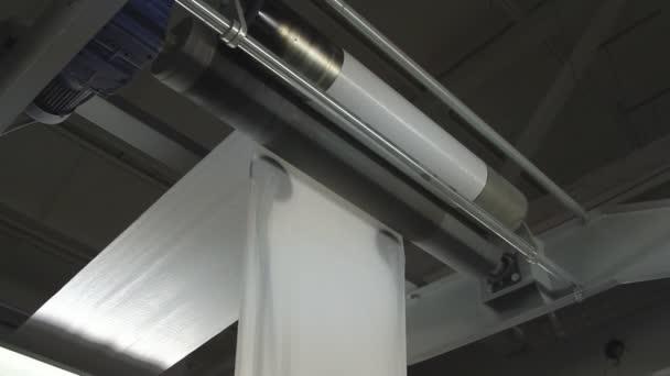 Nagy papír tekercs unreel, a nyomtatott sajtó
