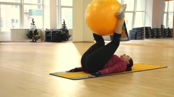 fiatal nő ezt a fit ball edzés