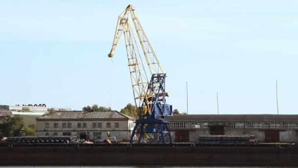 Kran im Hafen bewegt Lasten