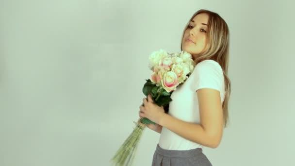 Fiatal nő romantikus a sok Rózsa csokor