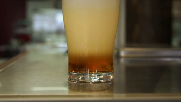 Pivo je ve sklenici.