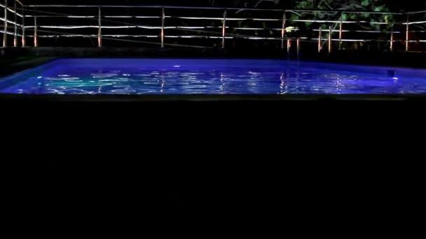 Schwimmbad im Luxushotel in Nachtbeleuchtung