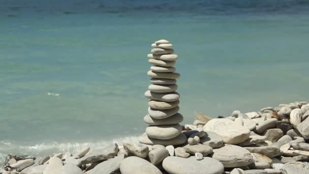 zásobník zen kameny na pláži