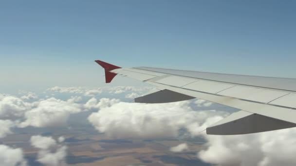 Prohlédni si na křídle letadla