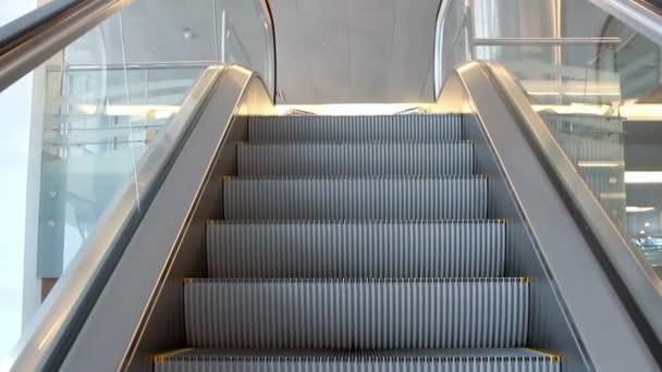 Prázdné eskalátoru schodiště, pohybující se s logem varování