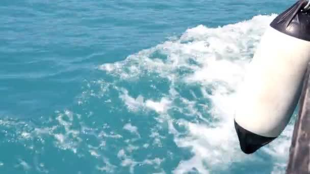 Stříkající vln průzračného moře