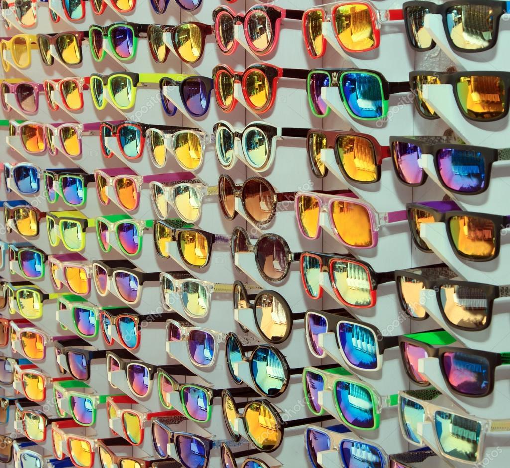 03a0e116a Muitos óculos de sol diferentes na venda — Fotografias de Stock ...