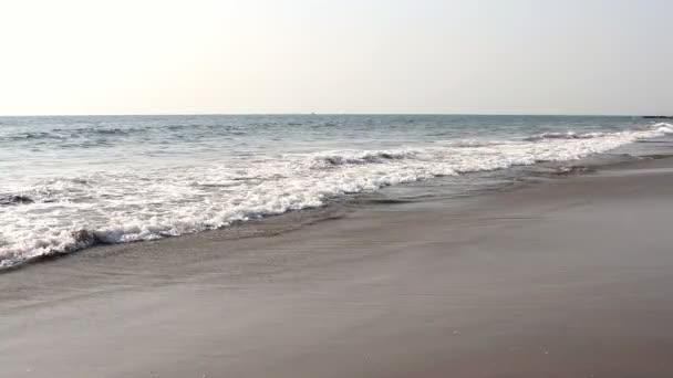 vågor röra sandstrand