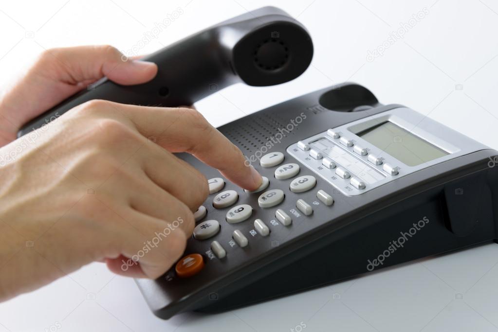 Крупным планом бизнес женщина собирается ответить на телефонный.