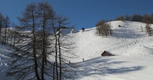 Winterlandschaft im schneebedeckten Hochgebirge, Skipisten