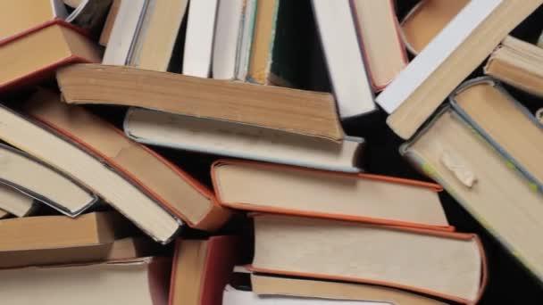 Bücherwand gestapelt