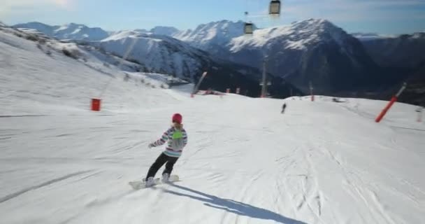 Snowboarder folgt Schuss