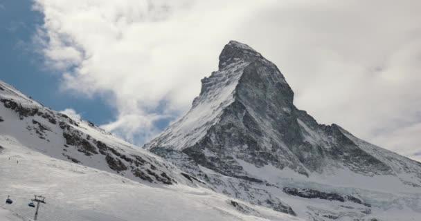 Matterhorn zimní krajina s mraky pohybující